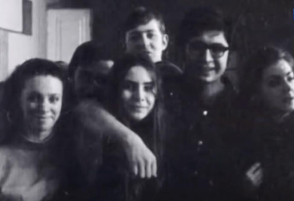 Алишер Усманов в студенческие годы (второй справа), 1970-е