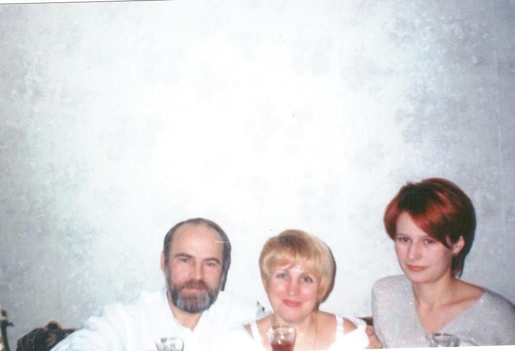на фото Селиванов А.А. со своей второй супругой и патчерицой Мариной. 1999 г.