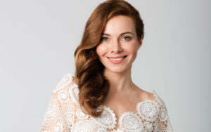 vzgliad poza makiiazh aktrisa pricheska pevitsa hair ekateri 300x188 - Екатерина Гусева